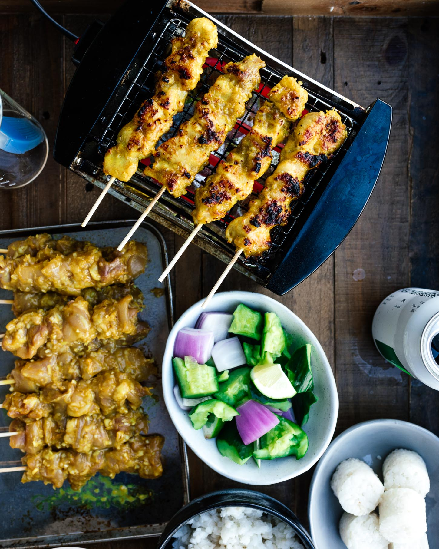 An authentic malaysian chicken satay recipe: gorgeously grilled chicken satay skewers are perfect with a sweet-and-tangy no peanut peanut sauce. #chicken #chickenrecipes #recipes #satay #kebabs #thaifood #malaysianfood