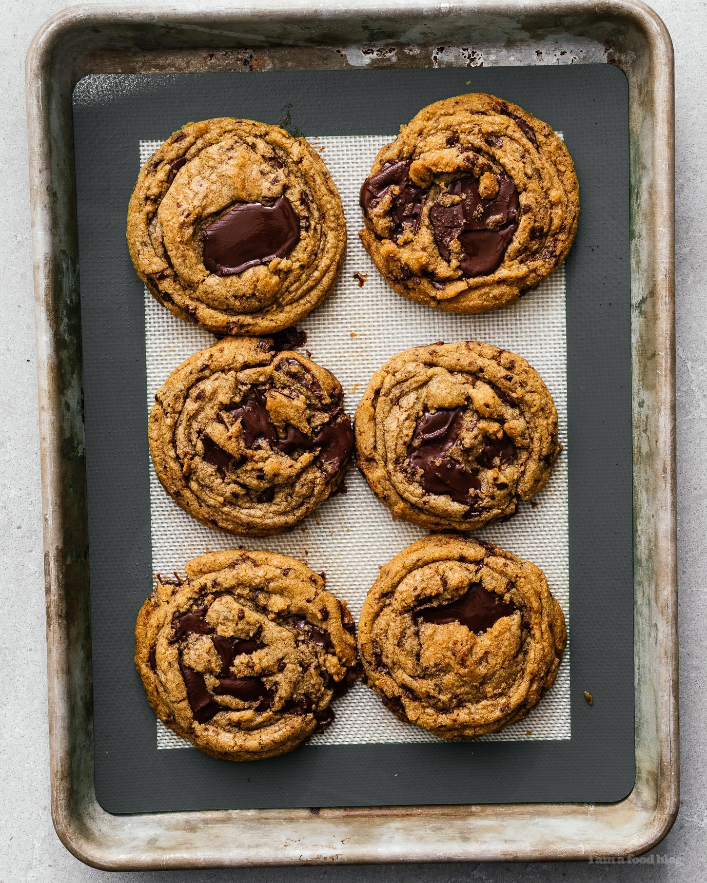 These rippled salted brown butter chocolate chip cookies are to die for: soft and chewy with pools of dark chocolate, crisp edges, and the salty nuttiness of browned butter. No mixer needed – it's going to be your new fave! #brownedbutter #brownbutter #chocolatechipcookies #chocolatechipcookierecipe #recipes #cookies