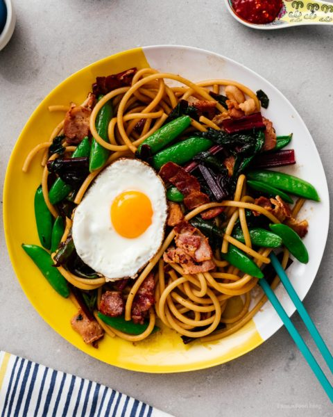 Do you love breakfast for dinner? Noodles? This bacon and egg stir fry lo mein is for you! Quick, easy, and delicious #bacon #eggs #recipes #dinner #easy