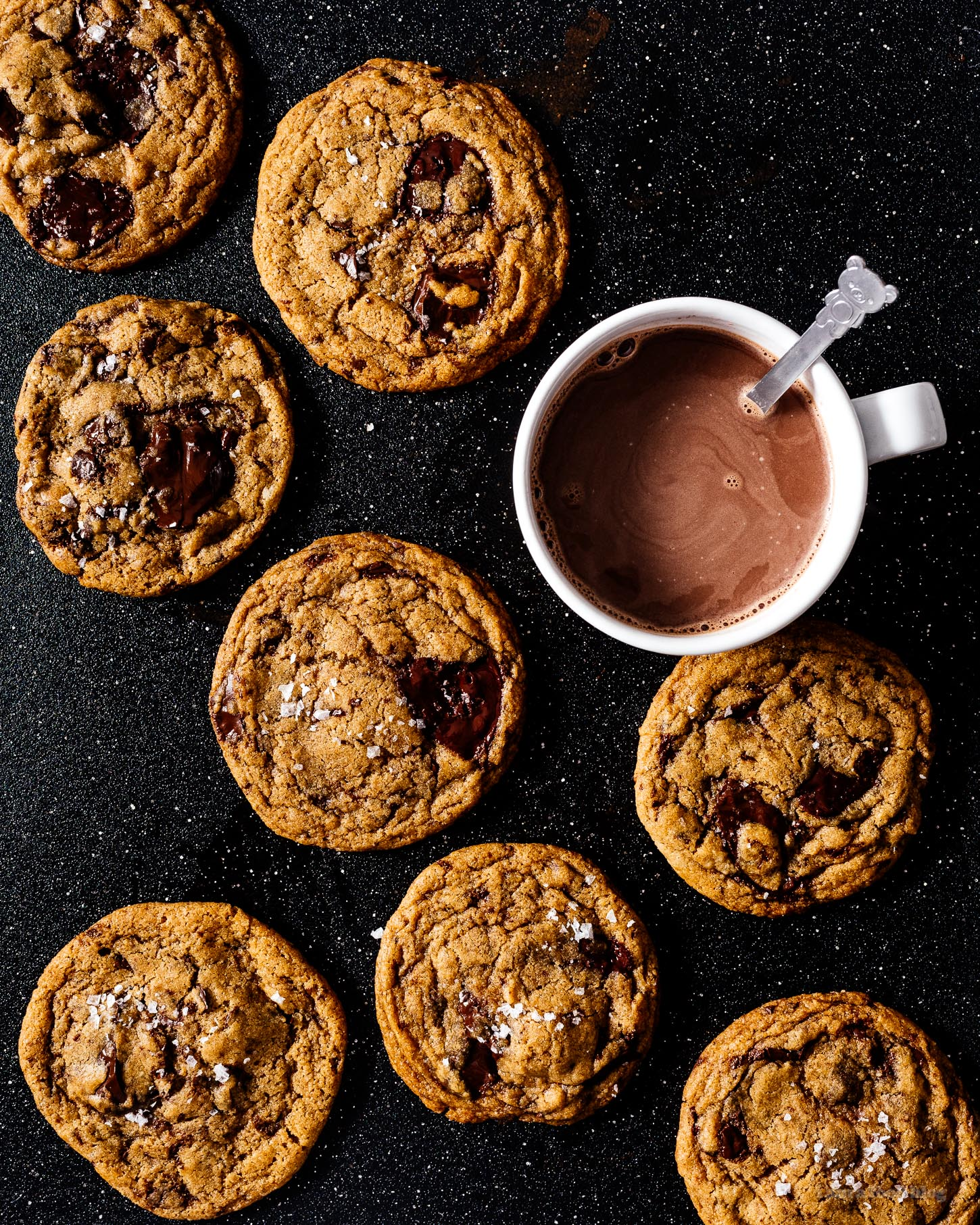 Discover ALL the crispy edges, soft and gooey chocolate, and brown sugar goodness in this vegan chocolate chip cookies recipe. #vegan #chocolatechip #chocolate #chocolatechipcookie #recipe #recipes #veganrecipe