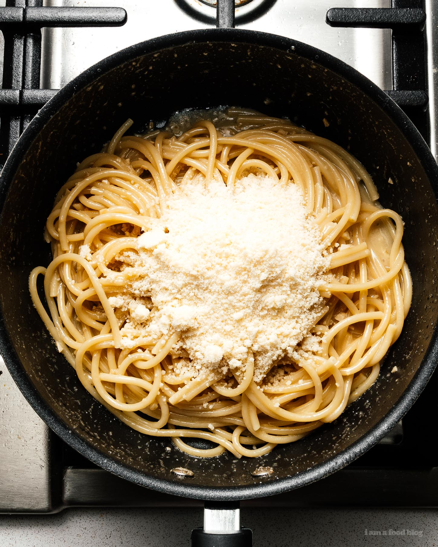 When you're craving a bowl of childhood comfort with just a hint of adulting, make yourself a bowl of these garlicky brown butter parmesan noodles #recipes #dinner #easy #brownbutter #garlicnoodles #parmesan #butternoodles